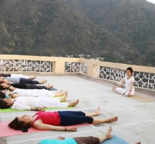 cours yoga inde rishikesh nature montagnes himalaya