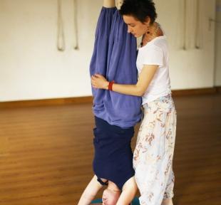 cours yoga posture tete maitri
