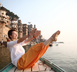 inde bateau navasana maitri varanasi yoga