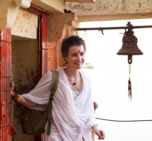 temple inde varanasi maitri yoga