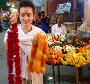 temple varanasi guirlande inde maitri yoga