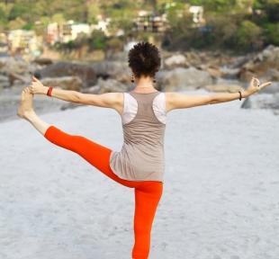 hastapadangustasana posture jambe tendue maitri yoga