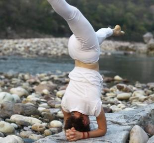 shirshasana posture sur tete hanumanasana maitri yoga